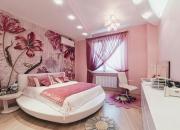 розовые шторы и бежевые обои