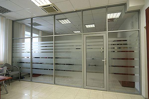 Офисные перегородки с жалюзи, изготовленные из стекла и алюминия